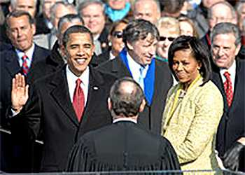 Барак Обама принимает президентскую присягу