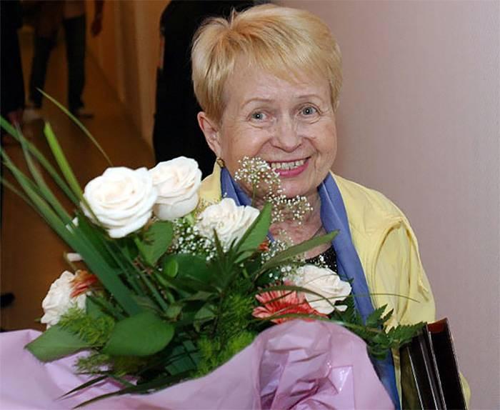 Александра Николаевна Пахмутова с цветами