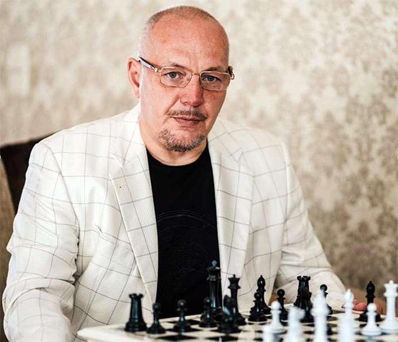 Олег Владимирович Маковенко за игрой в шахмамты