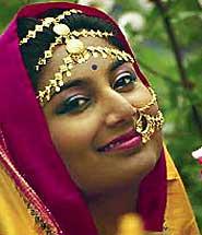 Индийская девушка в сари и с украшениями