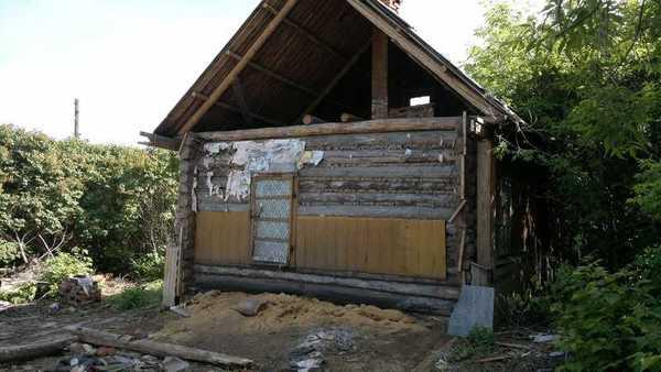 Сломанный деревянный дом