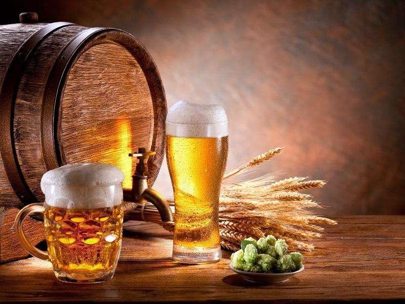 Пиво в боченке и стакане