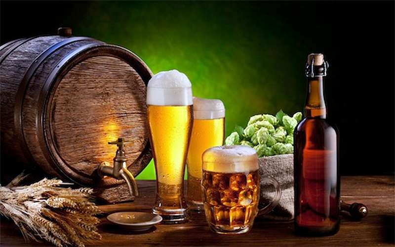 Пиво в боченке, стакане, кружке и бутылке