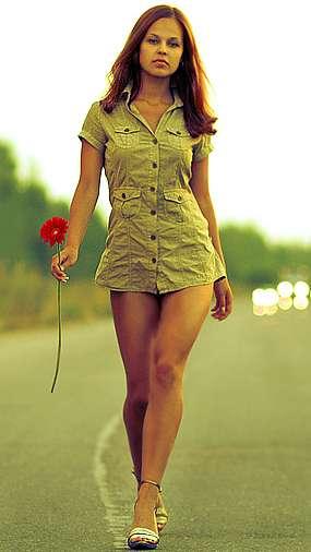 Красивая девушка с розой